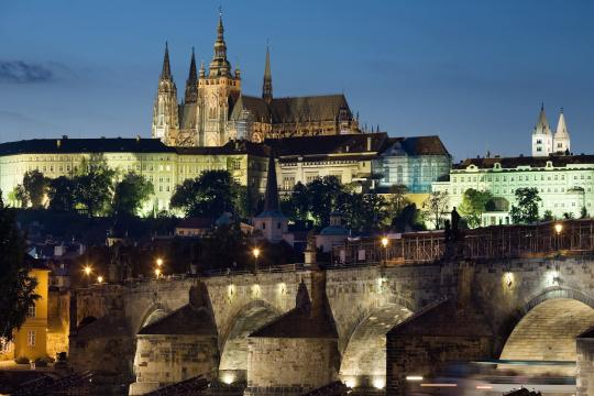 Jorge Royan (https://commons.wikimedia.org/wiki/File:Night_view_of_the_Castle_and_Charles_Bridge,_Prague_-_8034.jpg)